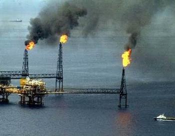 gas ardiendo en pozo petrolero
